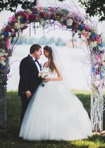 Закохані наречені під аркою
