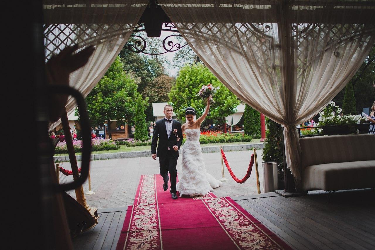 Щасливі наречені прямують на